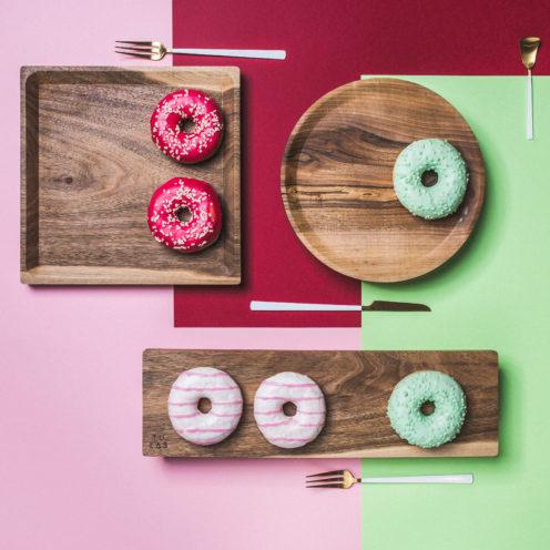OSTE longy serving plate – walnut wood in warm tones, low feet