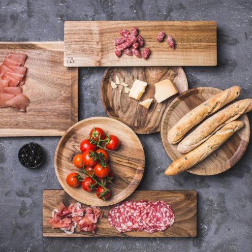 OSTE circle serving plate – walnut wood in warm tones, high feet